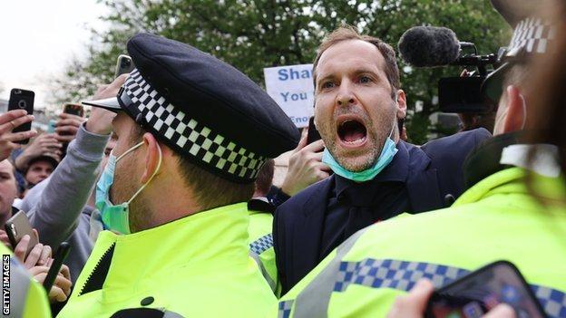 在周二的英超比賽開始前,切爾西球隊傳奇人物彼得·切赫(Petr Cech)走到抗議的球迷中間,請求他們散去。