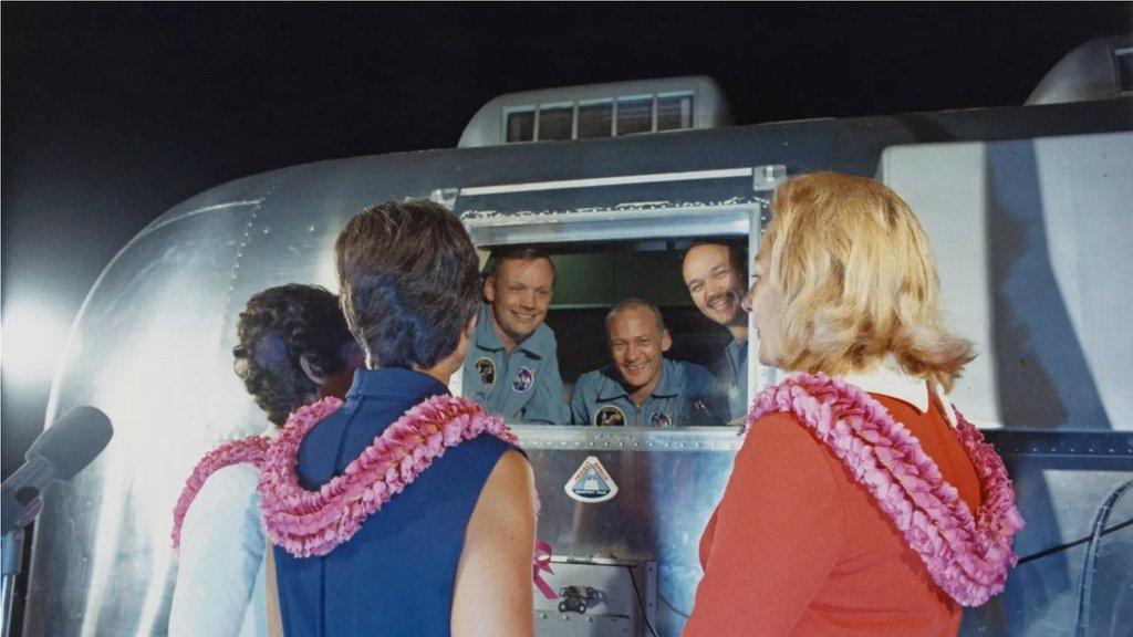 阿波羅11號宇航員在著陸後被隔離,但當他們從海上被接走時,出現一個空隙。