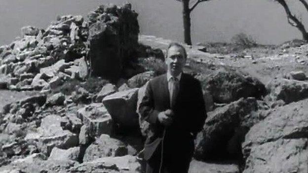 Y diweddar T. Glynne Davies yn gohebu o Gapel Celyn, safle Tryweryn yn 1967