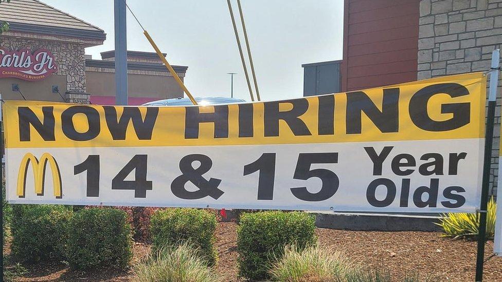 Pancarta anunciando la contratación de jóvenes en un McDonald's en Oregón