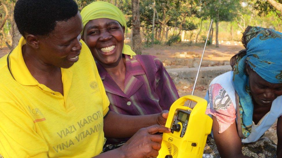 Maria Mchele y agricultores en Tanzania