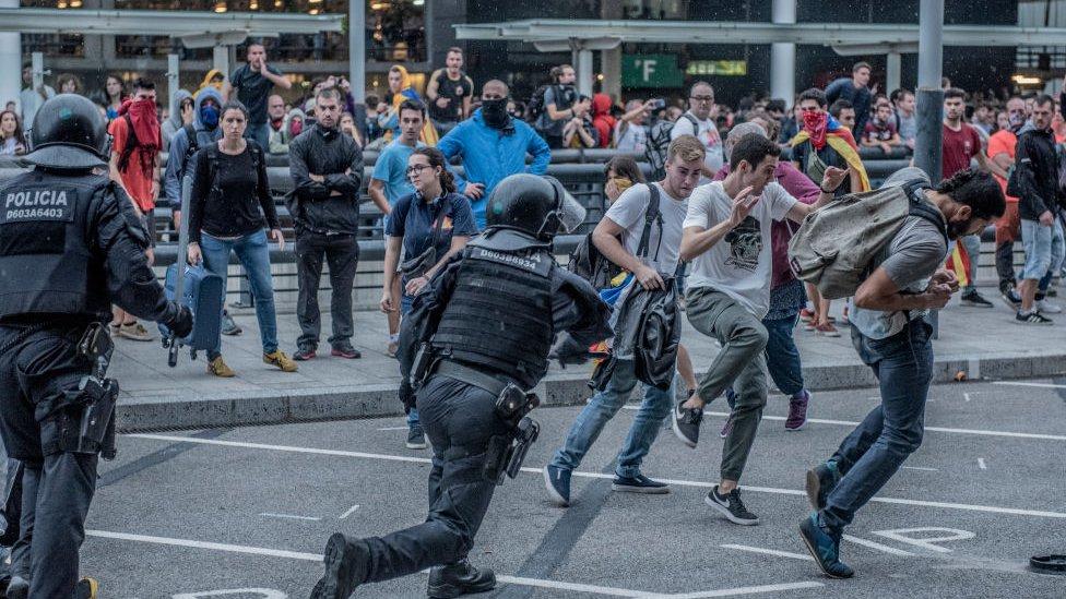 Cargas policiales en la protesta en el aeropuerto.