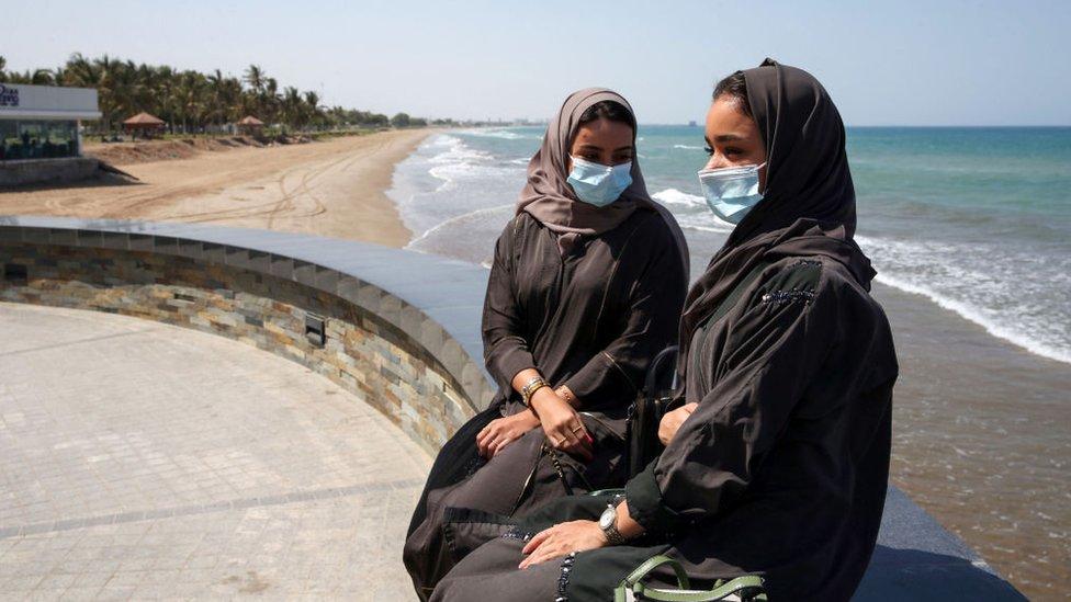 امرأتان من عمان في العاصمة مسقط أكتوبر/تشرين الأول 2020