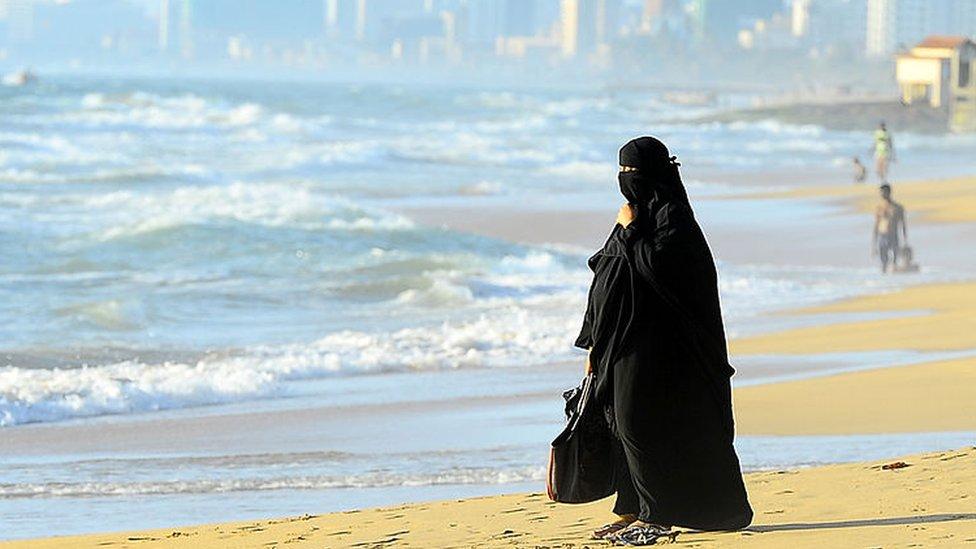 إمرأة منقبة على شاطئ البحر
