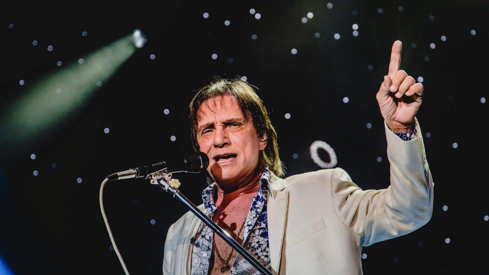 Roberto Carlos cantando
