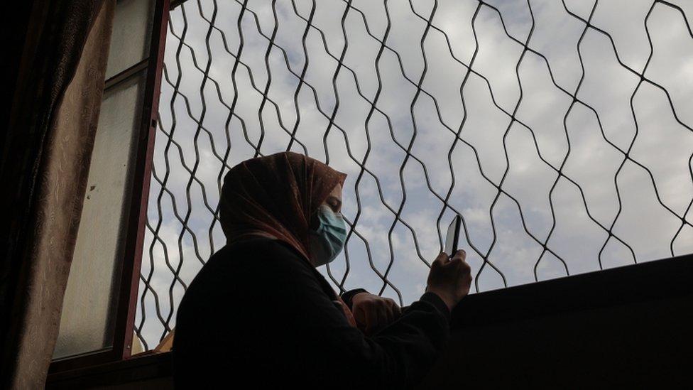 امرأة ترتدي كمامة في غزة