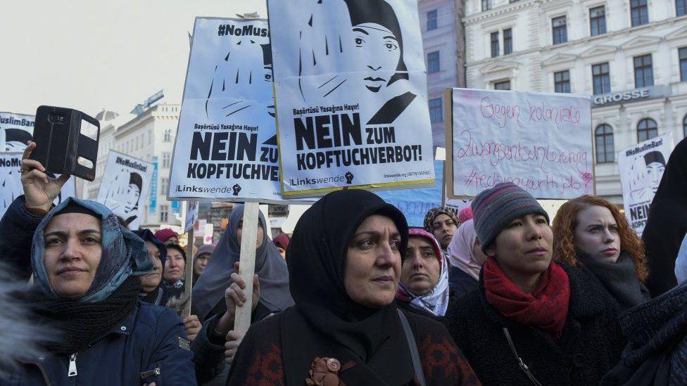 مسلمون ومواطنون نمساويون يشاركون في احتجاج ضد حظر الحجاب الذي اقترحه الائتلاف الحاكم للحكومة في فيينا، النمسا عام 2017