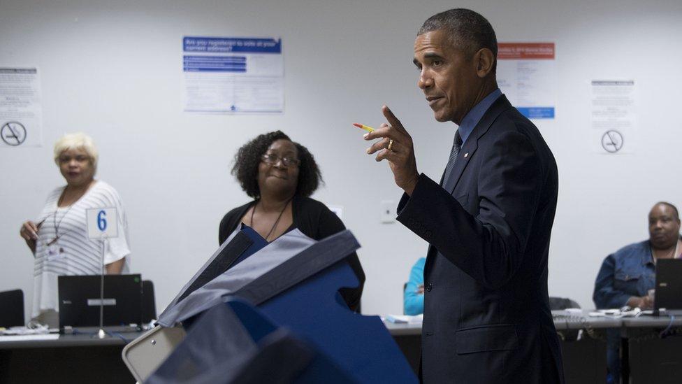 El expresidente Barack Obama en una máquina de votación en las elecciones presidenciales de 2016.