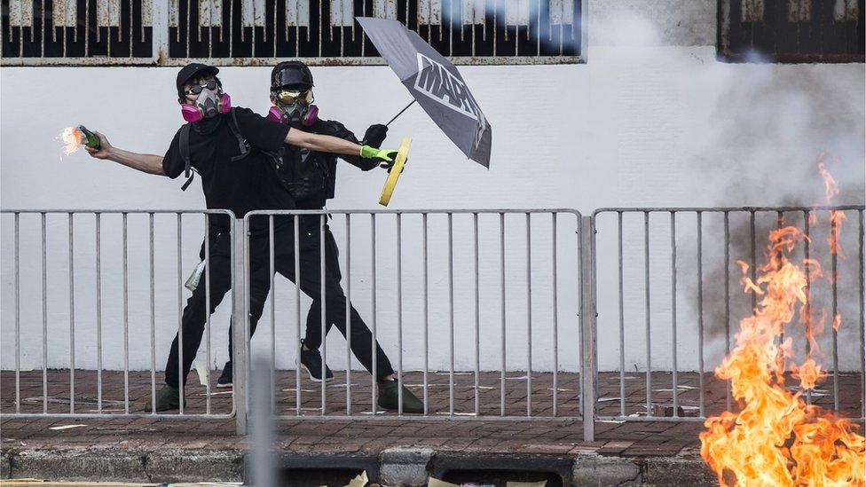 香港示威者投擲汽油彈。