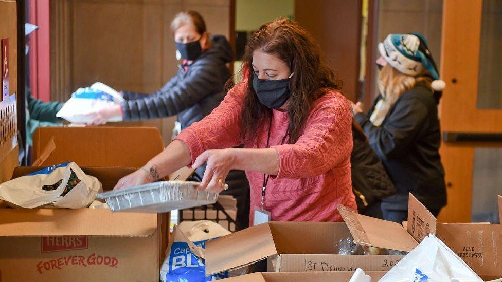 تجهيز بعض المساعدات للمحتاجين.