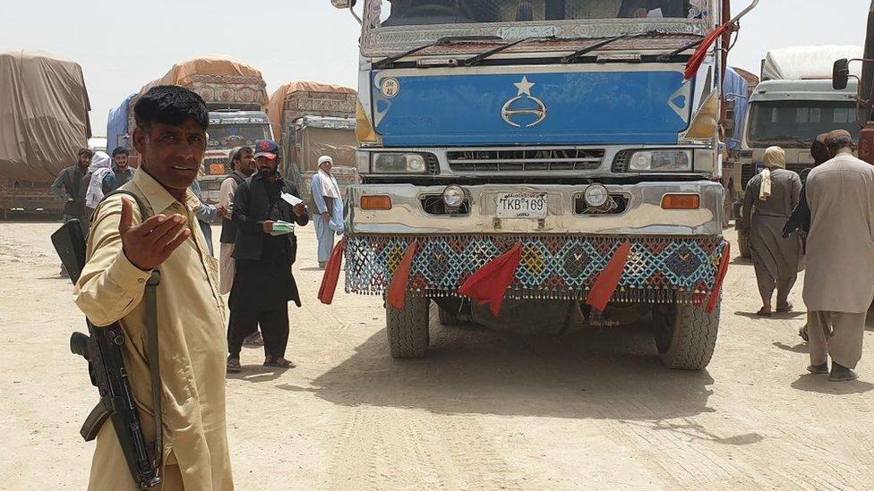 La captura por parte de los talibanes de un puesto fronterizo clave entre Afganistán y Pakistán en julio disparó los precios de transporte. Insurgentes y funcionarios gubernamentales cobraban impuestos por separado.