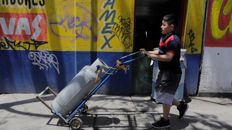 Niño lleva gas en México