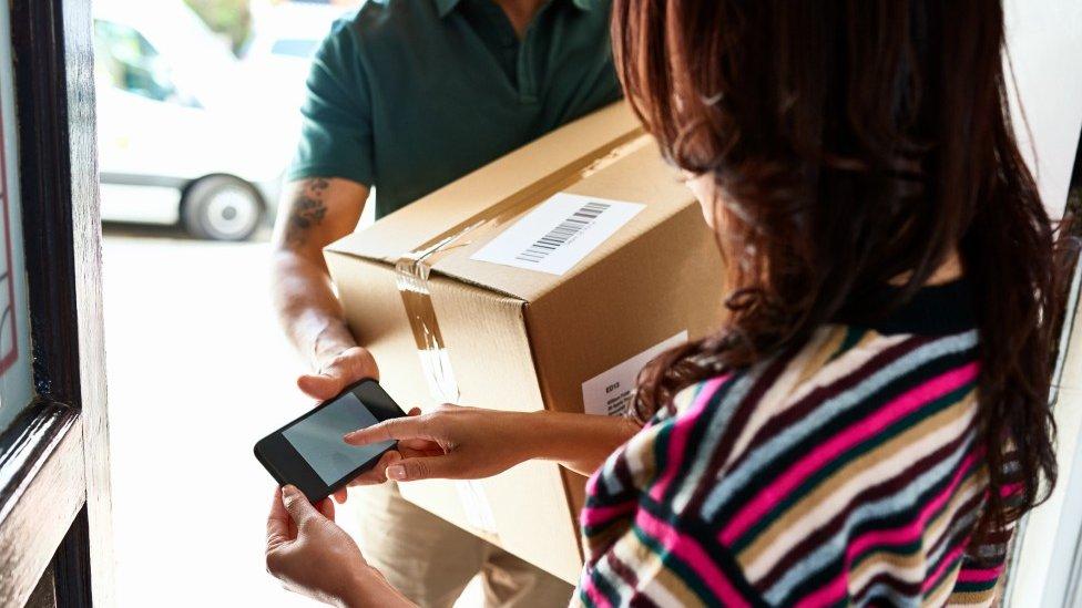 Mujer recibiendo un paquete