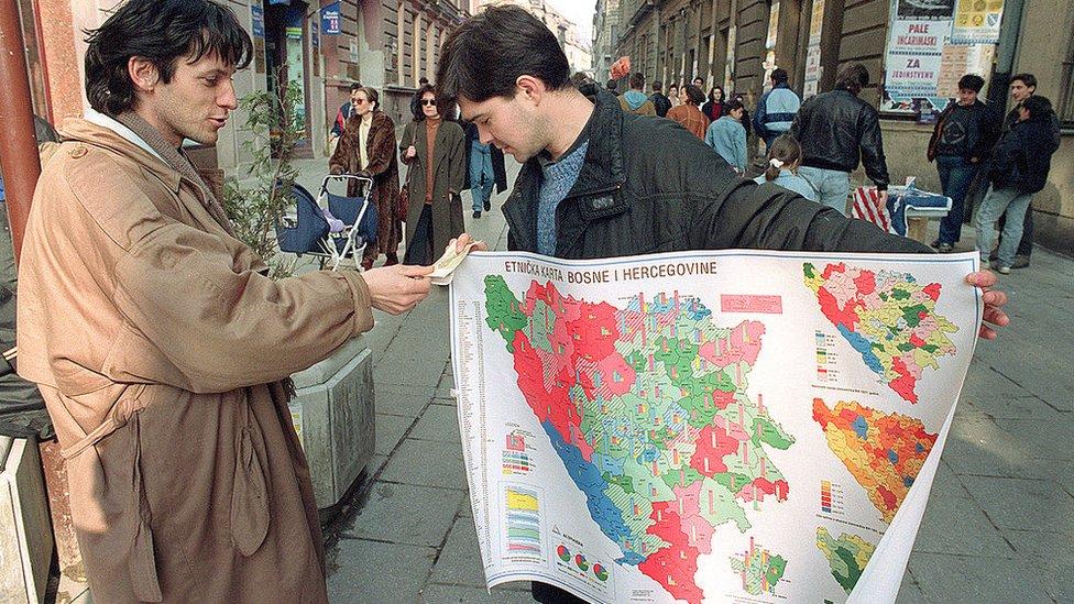 Torgovec prodaet эtničeskuю kartu Bosnii i Gercegovinы