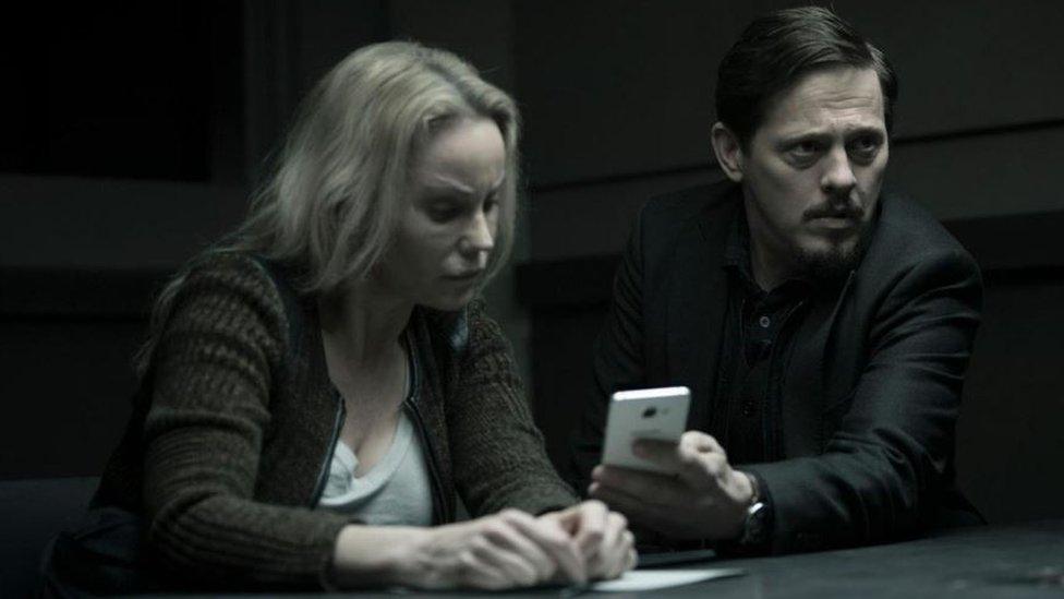 La detective sueca, Saga Norén, y su compañero de la policía danesa, Henrik Sabroe, en un momento de la serie The Bridge.