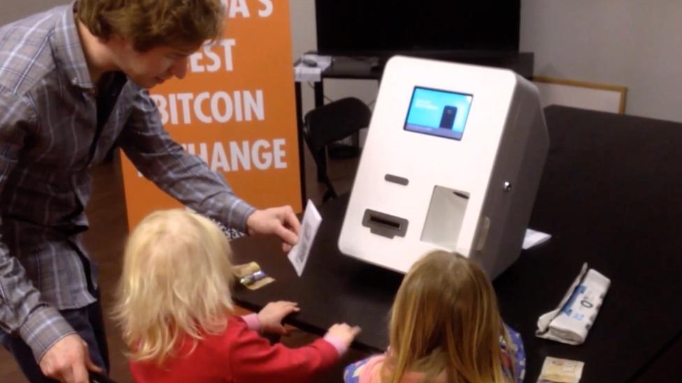 جيرالد كوتين يشرح لابنة صديقه أليكس سولكيلد كيفية استخدام صراف آلي لعملة بيتكوين عام 2014