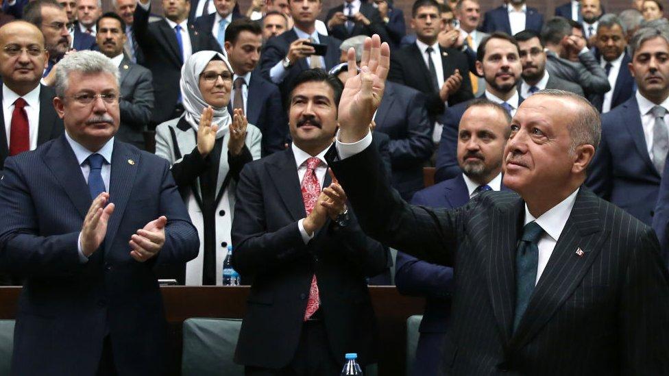 Erdoğan Meclis'te AKP Grup toplantısında vekilleri selamlıyor