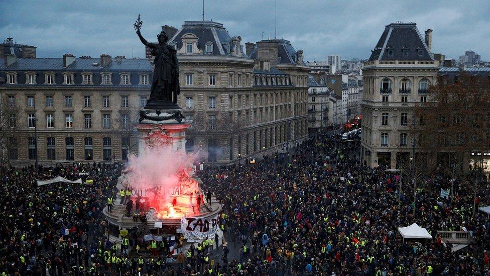 نحو 10 آلاف متظاهر نزلوا إلى شوارع باريس