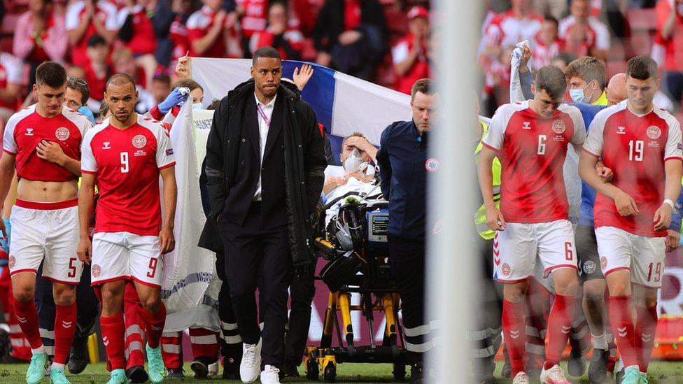 Лидера сборной Дании увезли в больницу с поля во время матча Евро-2020: что известно