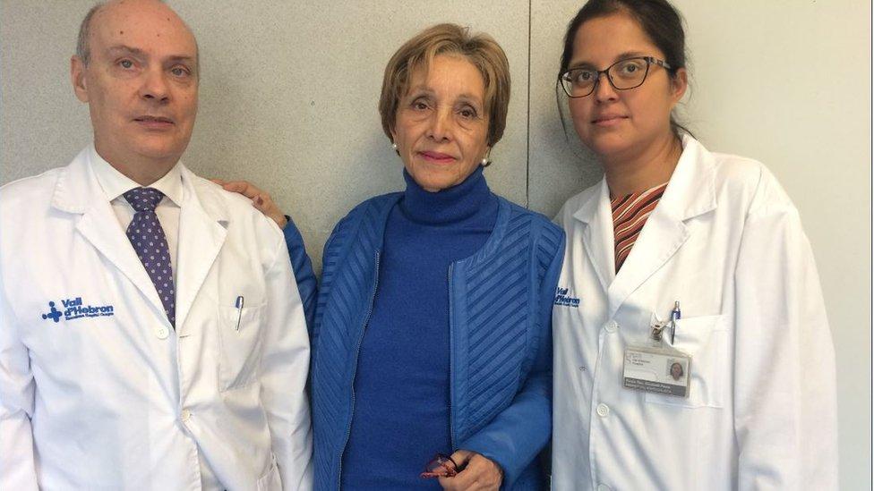 María José del Valle con dos médicos.
