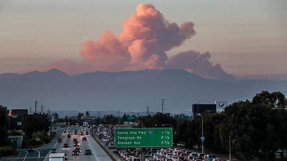 Humos de incendios forestales en Los Ángeles.