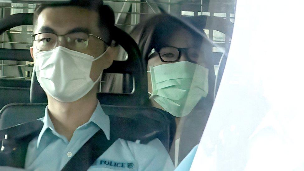 鄒幸彤(後)由警車押送到香港西九龍裁判法院出庭應訊(10/9/2021)