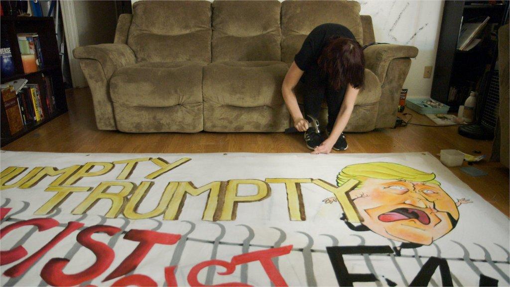 Antifascistas elaboran un mural que se burla de Donald Trump