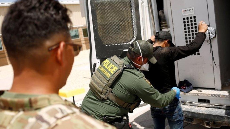 1,7 миллиона человек: границу США с Мексикой пыталось пересечь рекордное число мигрантов. В кризисе винят Байдена
