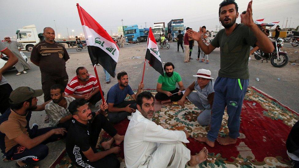 أغلق المتظاهرون أيضا الثلاثاء الماضي الطريق إلى ميناء أم قصر، في البصرة.