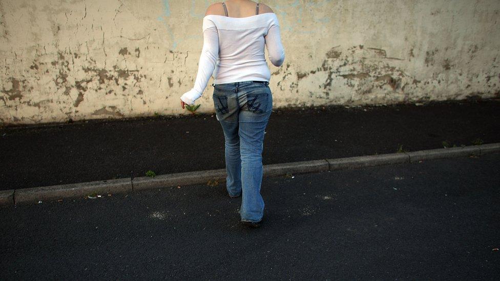 Una joven de espaldas
