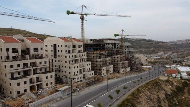 Perluasan permukiman Yahudi di wilayah-wilayah Palestina dianggap melanggar hukum internasional tetapi Israel berpendirian sebaliknya.