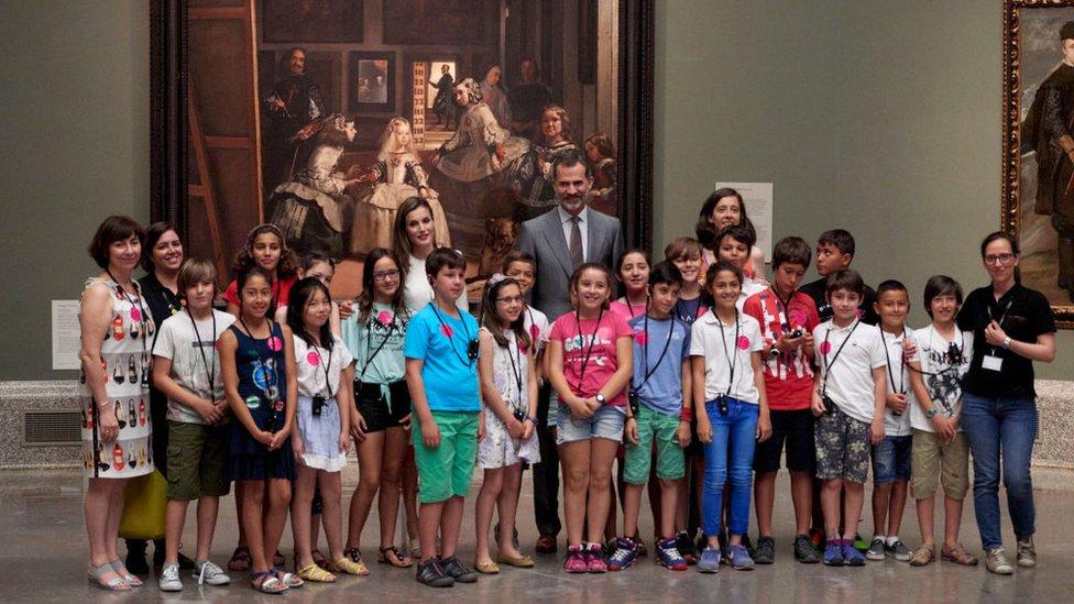Los reyes de España con un grupo de niños en el Museo del Prado