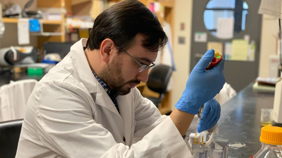 Javier Jaimes en el laboratorio