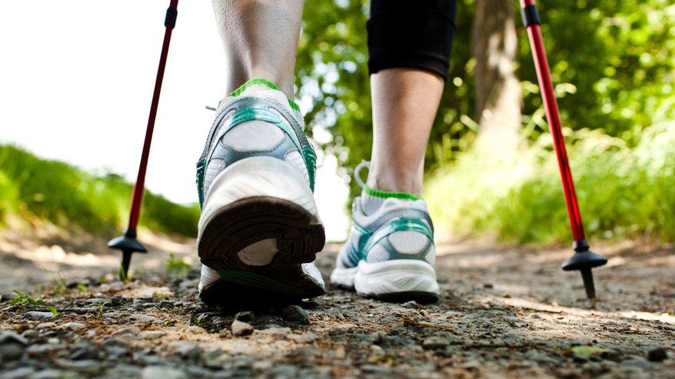 Detalle de pies durante marcha nórdica.