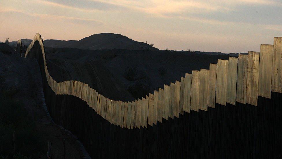 Muro de paneles metálicos