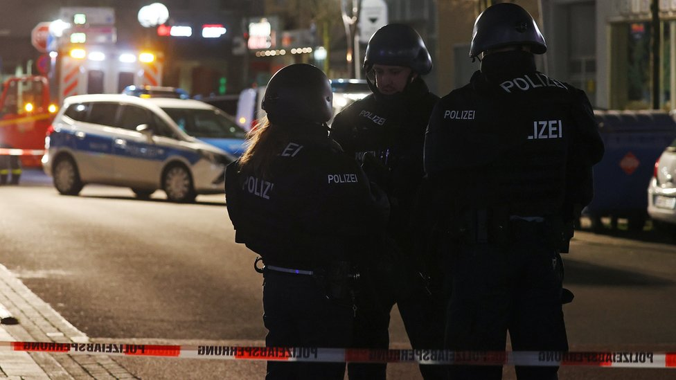La policía en la escena del tiroteo en Hanau