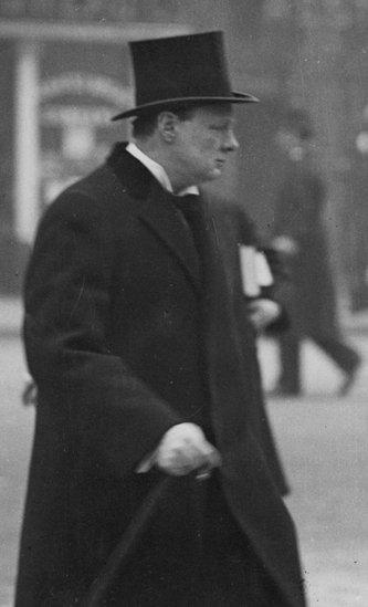 Winston Churchill 1913 yılında 'Donanma meselesi' konulu konuşmasını yapmaya giderken