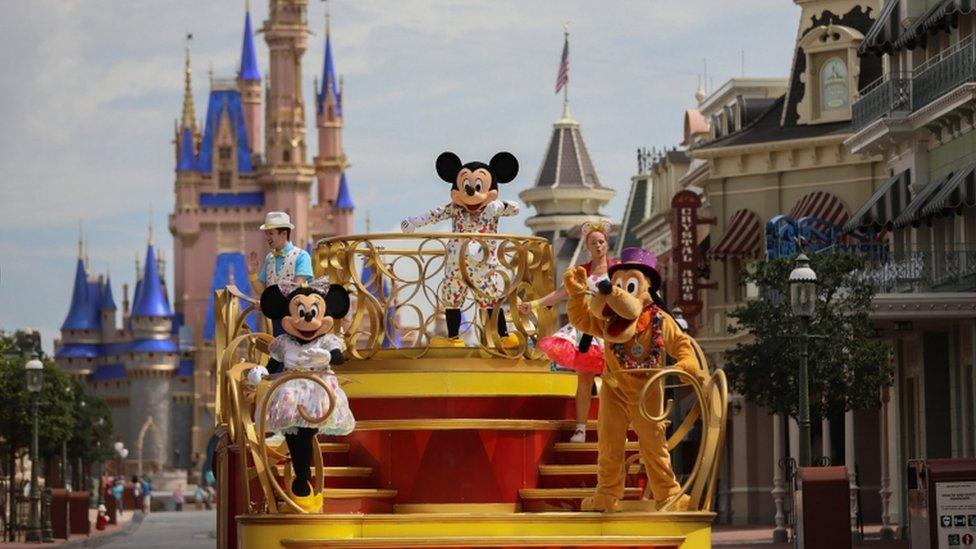 Personajes de Disney en un desfile en Florida.
