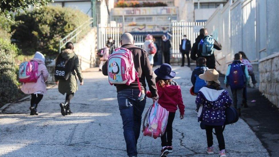 Crianças chegando à escola em Jerusalém, em 21 de fevereiro