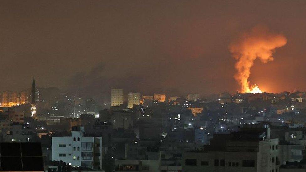 La explosión de una bomba ilumina el cielo nocturno en la Franja de Gaza