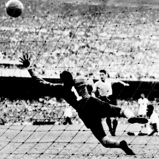 Juan Alberto Schiaffino, de Uruguay, patea la pelota ante el arquero brasileño Moacyr Barbosa en el Mundial 1950.
