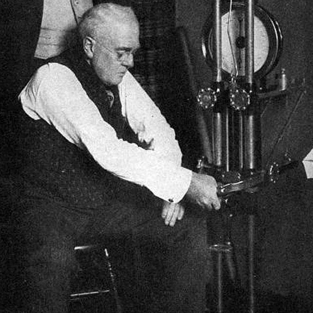 Fletcher probando su resistencia mediante el dinamómetro mercurial Kellogg en el gimnasio de la Universidad de Yale, en una foto que el autor incluyó en su libro.