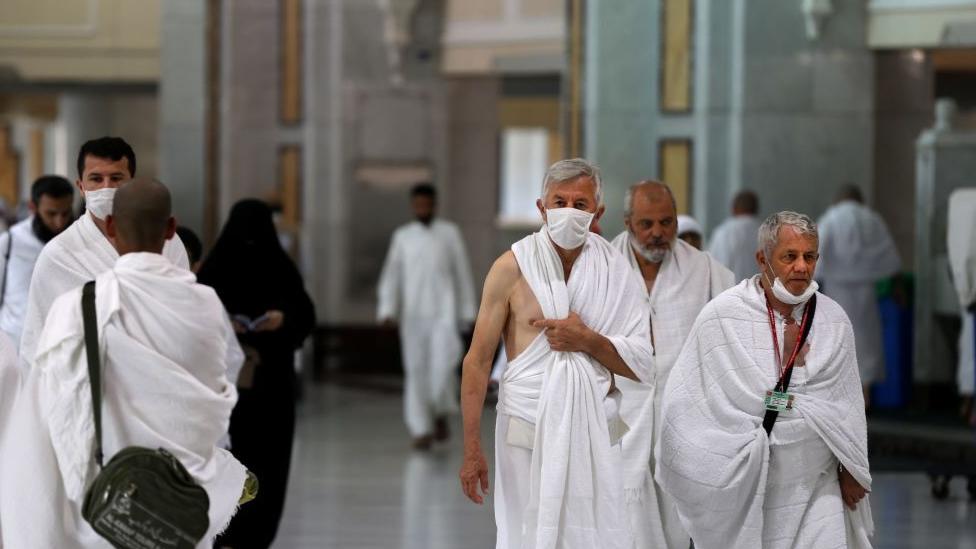 السعودية تعلّق العمرة مؤقتاً قبل شهرين من شهر رمضان