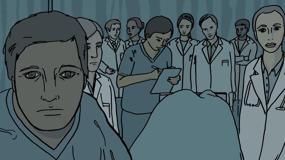 Doctores examinando a un paciente