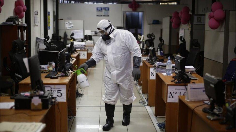 Labores de desinfección en una oficina pública