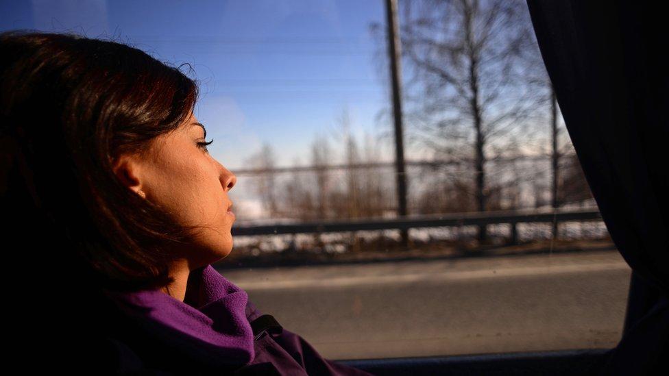 depresivna žena u autobusu