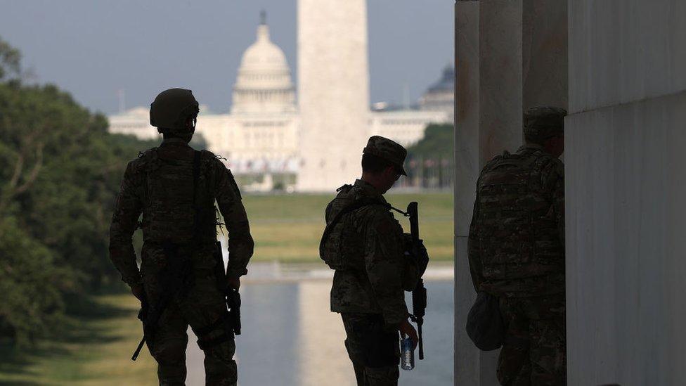 قوات الحرس الوطني على مقربة من النصب التذكاري لابراهام لينكولن في واشنطن