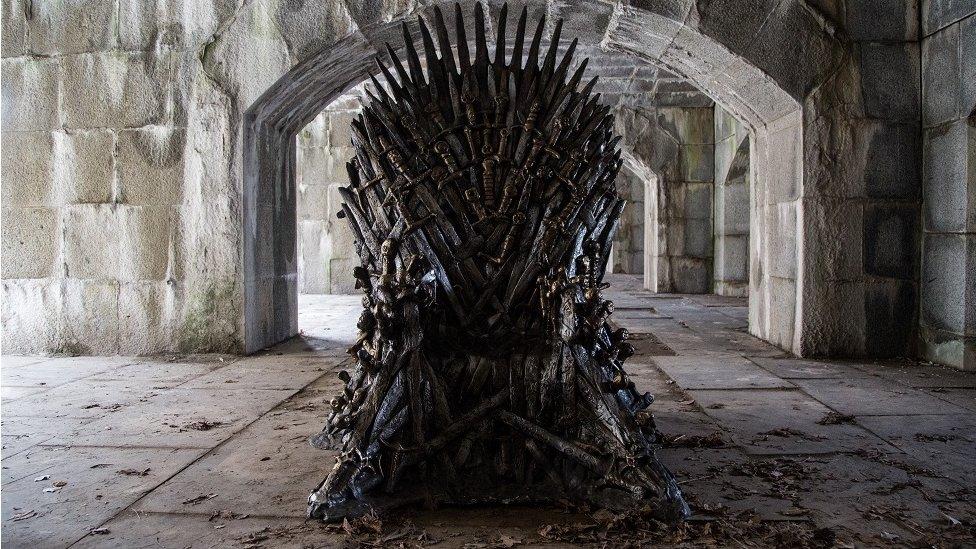 El trono de espadas de Juego de tronos.