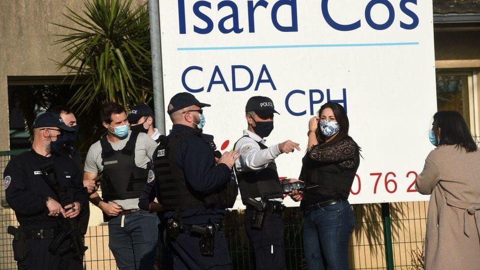 أفراد الشرطة في مركز بو للاجئين بعد الحادث