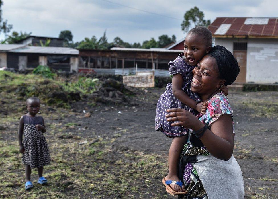 Mujer abrazando a un niño